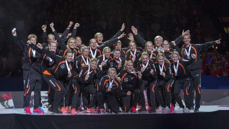 De Nederlandse handbalsters na het winnen van zilver tegen Noorwegen op het EK Beeld null