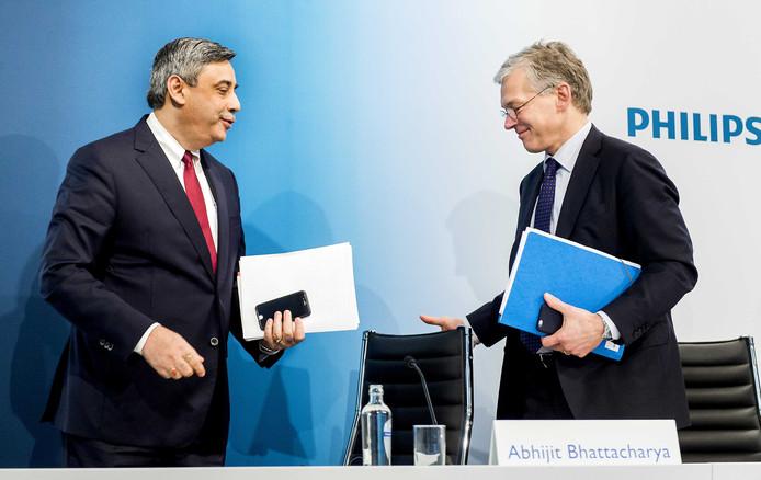 Philips-topman Frans van Houten en financieel topman Abhijit Bhattacharya (links) van Philips geven een toelichting op de jaarcijfers in het hoofdkantoor van Philips.