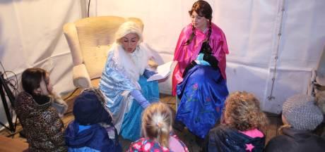 Anna en Elsa van bioscoophit Frozen lezen voor tijdens Winters Almelo