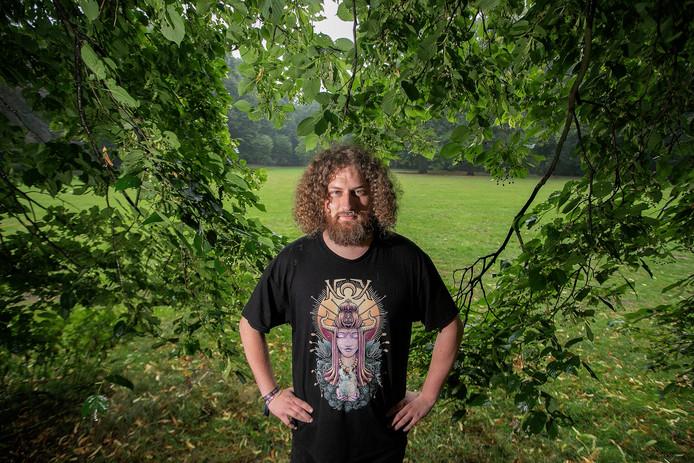 Twan Koning, gehuld in een NOX-shirt, poseert in het Philips de Jongh park waar 'zijn' festival vrijdag plaatsvindt.