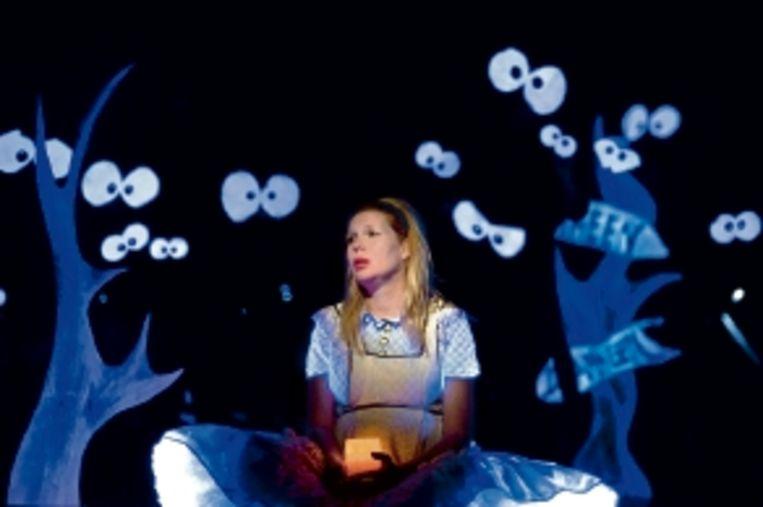 Tjitske Reidinga speelt Alice met een knipoog. (FOTO BEN VAN DUIN) Beeld Ben van Duin
