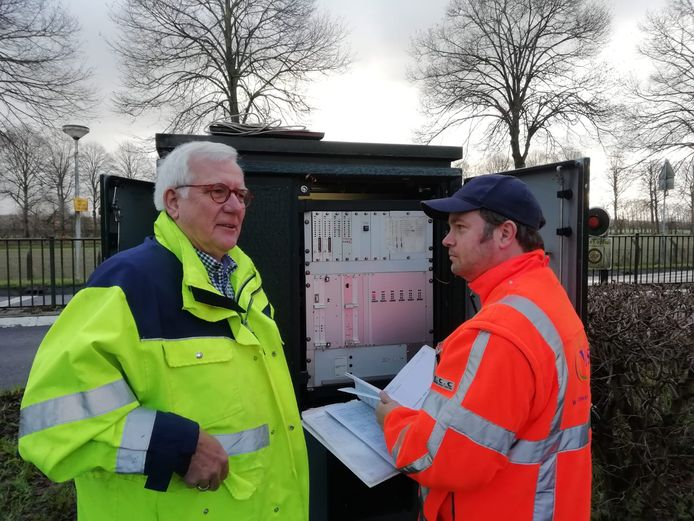 Wethouder Harry van Tilburg (links) test de installatie op de Lexmondsestraatweg.