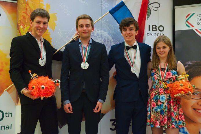Eindhovenaar Lars Willighagen (tweede van links) haalde goud op de Internationale Biologie Olympiade 2019.