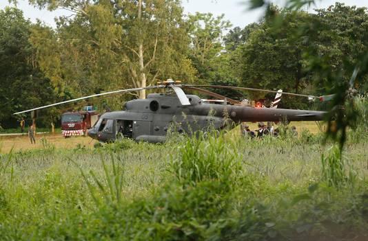 De laatste geredde jongens werden per helikopter naar een ziekenhuis gebracht