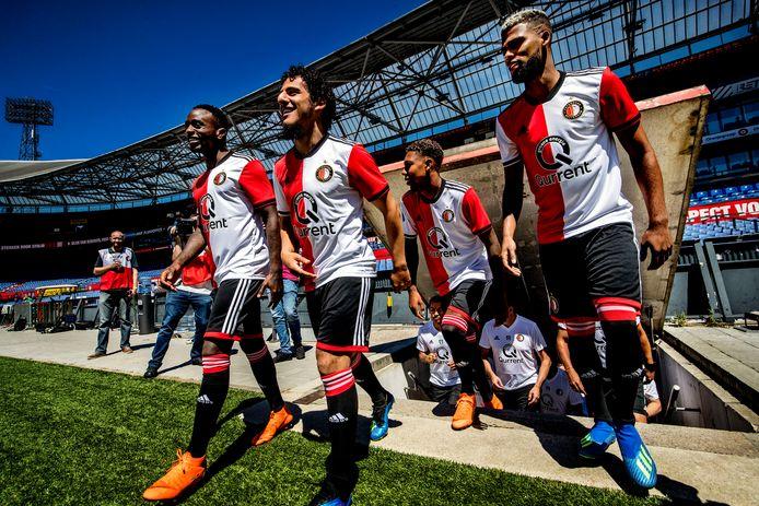 Rigdeciano Haps, Yassin Ayoub en Jeremiah St. Juste betreden het veld voor de eerste training van Feyenoord.