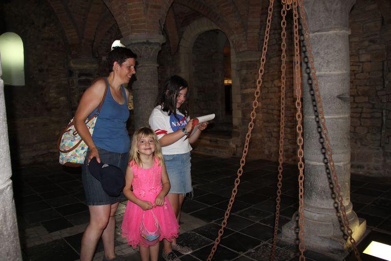 Sylvia, Janaika en Laure zoeken verkoeling in de crypte van de Sint-Hermesbasiliek.