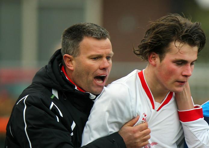 Trainer Henk Evers als trainer van Volharding.