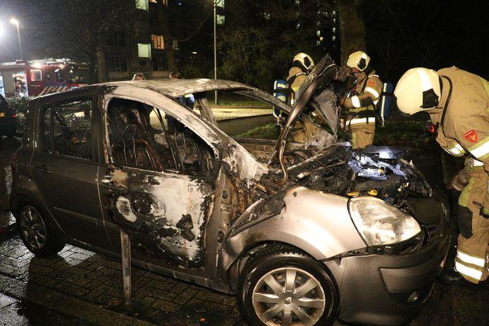 Een auto raakte vannacht zwaar beschadigd door brand aan de St. Eustatiusdreef in de Utrechtse wijk Overvecht.