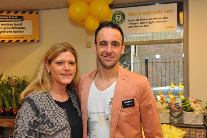 Ondernemerspaar Diana en Sebastian Frik-Broos bij de opening van de nieuwe Jumbo, vorig jaar maart. Op de achtergrond al reclameborden over de grotere winkelformule.