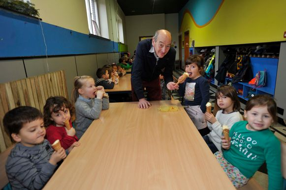 Burgemeester Edward De Wit deelt de ijsjes uit in de kleuterklas.