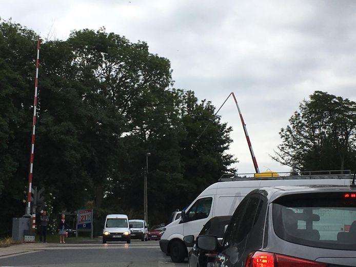 Op de overweg werd een slagboom aangereden.