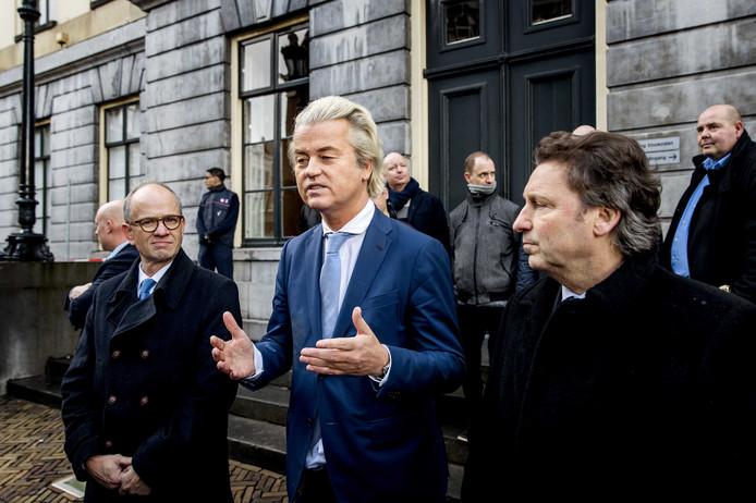 PVV-leider Geert Wilders legt samen met het Utrechtse raadslid Henk van Deún (l) en Rene Dercksen (r) van de PVV een verklaring af in Utrecht.