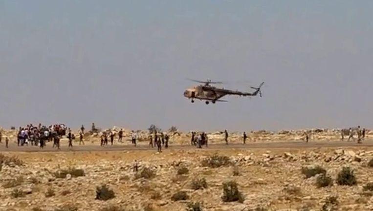Yezidi's rennen naar een helikopter met hulpgoederen Beeld epa