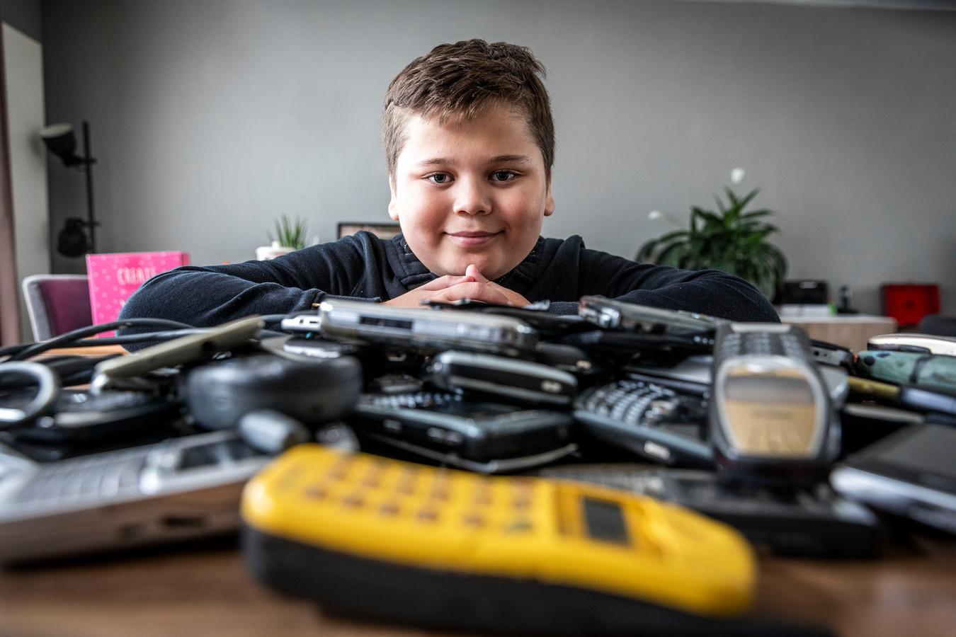 Bram van Es heeft een spierziekte en daarom heeft hij samen met zijn moeder Saskia oude mobieltjes ingezameld. Hierdoor hebben ze 1500 euro weten op te halen.