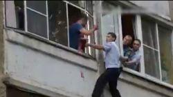 Politie redt baby nadat haar vader haar uit het raam wil gooien