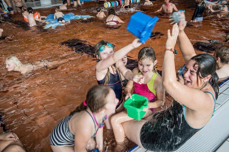 Het water in het Spillebad was voor het halloweenzwemmen lichtrood gekleurd. Na een duik konden de kinderen zich ook laten schminken.