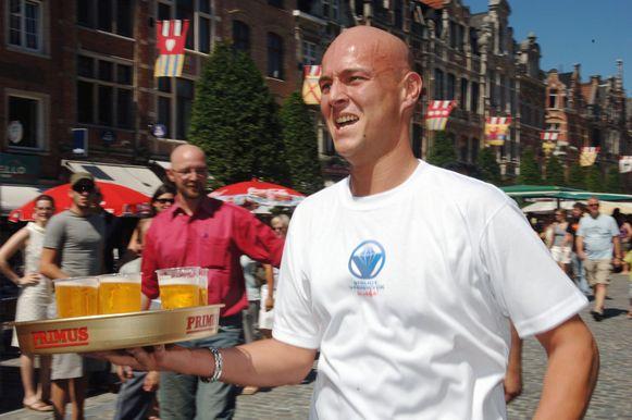 'Dike' in actie tijdens de Barmannenrace op de Oude Markt.