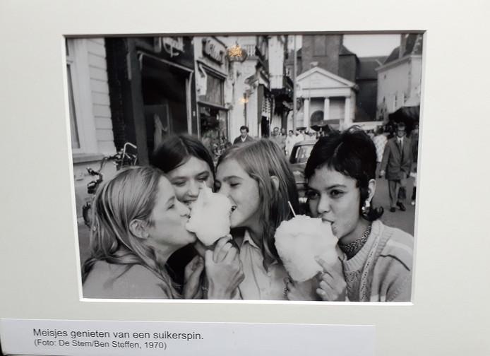 Herinneringen ophalen  met foto'sop de kermisexpo in Parrotia Roosendaal. Wie herkent deze dames op de foto van Ben Steffen uit 1970?
