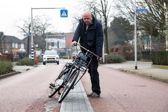 Stef de Grood is met de fiets hard gevallen over een opstaand rand van de middengeleider in de Laauwikstraat in Lent.