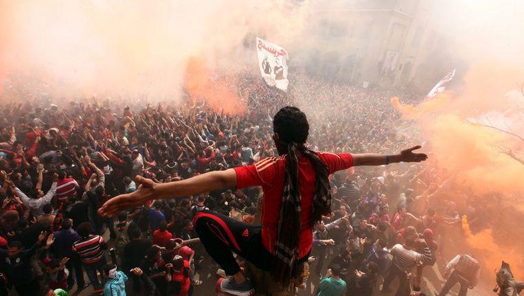 Supporters van Al-Ahly in Caïro vieren de uitspraak van de rechtbank in Port Saïd Beeld epa