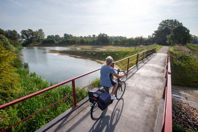Over de uitwaaierende Beekhuizense Beek is een bruggetje aangelegd.