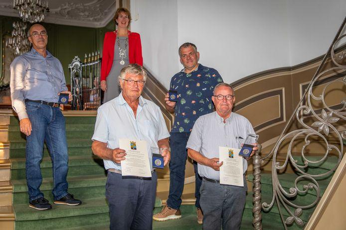 Rens Deurloo, Cock Schrijver, Jan Willem Bruel en Martin Slingenberg (vlnr) met hun legpenning. Achteraan staat burgemeester Margo Mulder.