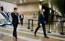 Premier Mark Rutte en Minister Hugo de Jonge (Volksgezondheid) op weg naar een debat over de afgekondigde lockdown. Buiten trokken mensen zich niets van de waarschuwingen aan.