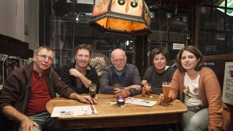 Steef Abma, Rob Smits, Frans Bruning, Cecile van der Poel en Alexandra van der Voort (vlnr). De lampt hoor schreef te hangen. Beeld Marcel Israel