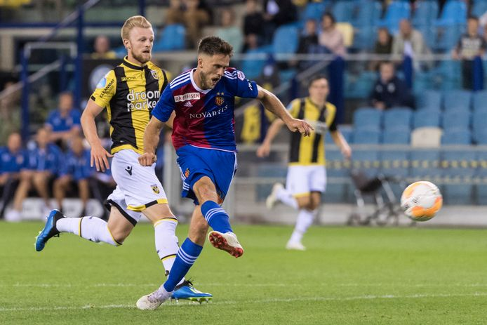 Ricky van Wolfswinkel schiet namens FC Basel raak tegen zijn oude club Vitesse.