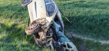Auto belandt in greppel en slaat over de kop in Emmeloord