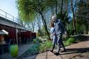 Hospice Apeldoorn houdt open huis. Op de foto Lex Brons en zijn vriendin Samira.