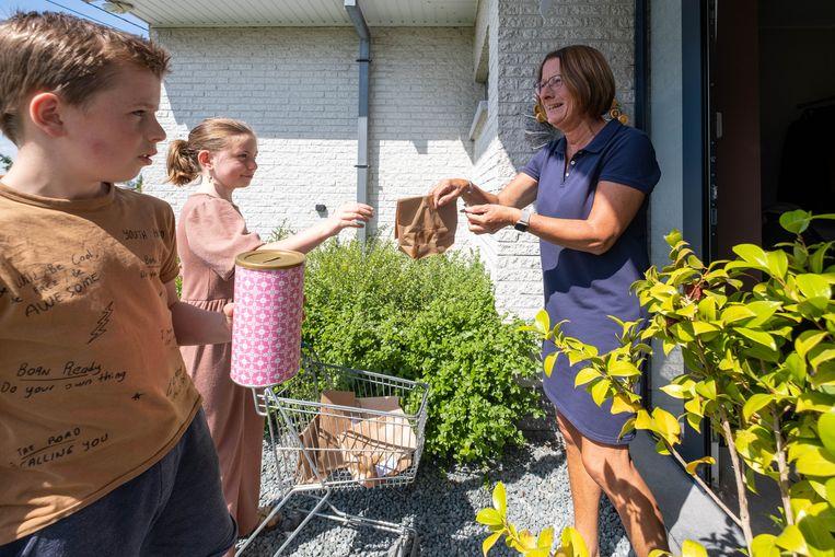 Kobe Van Ael en Marieke Van Linden bakken en verkopen wafels voor hun klasgenootje Mona, wiens huis afbrandde.