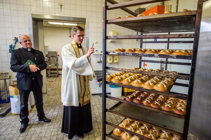 Pastoor Dorssers zegent het Hubertusbrood bij Bakkerij Pim in Waalwijk.