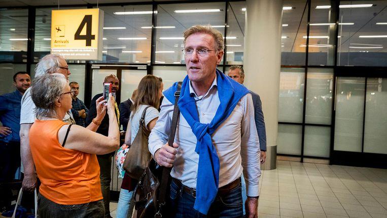 Hans van Breukelen van het Nederlands Elftal bij aankomst op Schiphol daags na de WK-kwalificatiewedstrijd tegen Zweden. Beeld null