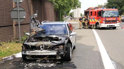 Auto met nieuwe motor gaat in vlammen op
