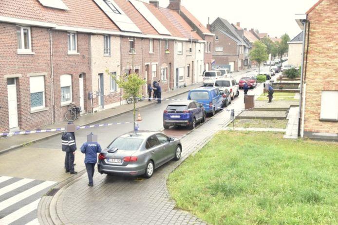 De Nachtegaalstraat werd plaatselijk afgesloten voor alle verkeer om politie en parket in alle rust hun werk te laten doen.
