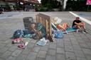 Kunstenaar Leon Keer voor zijn straatschilderij Verplaatsing van de armen in Arnhem