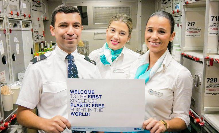 De crew van Hi Fly verwelkomt passagiers op de eerste 'single use plastic free' vlucht in decennia.