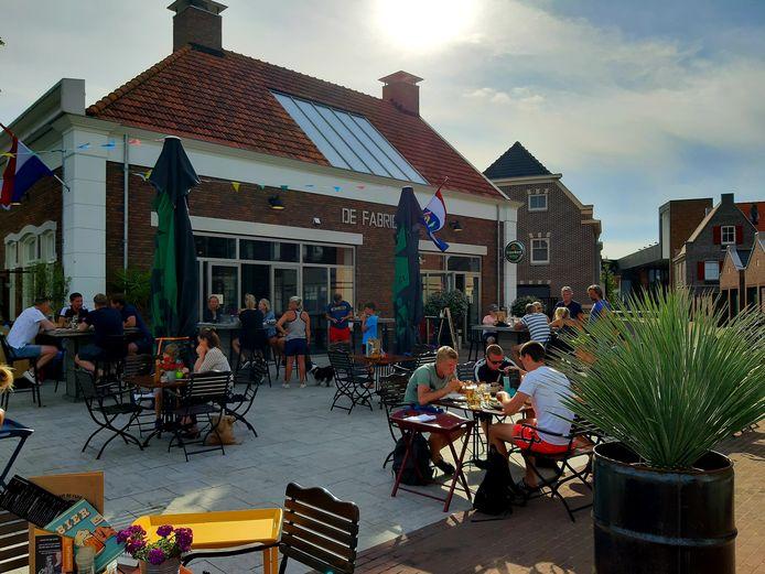 Het terras bij de Fabriek in Dalfsen zit doorgaans vol. Voorlopig niet: het café en restaurant blijft na corona voorlopig dicht.