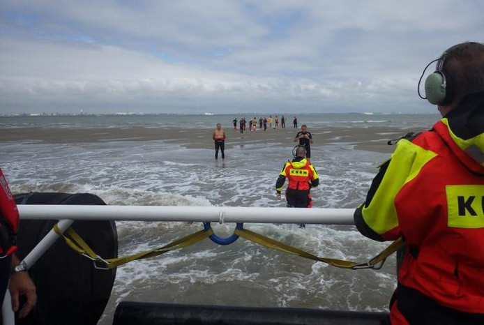 Reddingboot Breskens evacueert 13 zwemmers van zandplaat