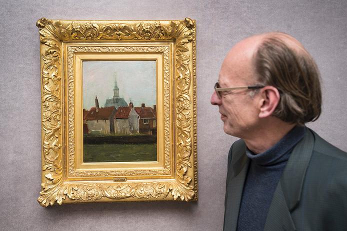 Directeur Ron Dirven van het Van Goghhuis bij het schilderij.