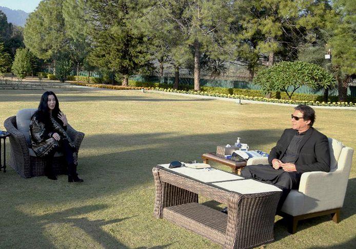 Cher in gesprek met Imran Khan, de eerste minister van Pakistan.