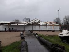 Dak waait van beachclub in Roosendaal