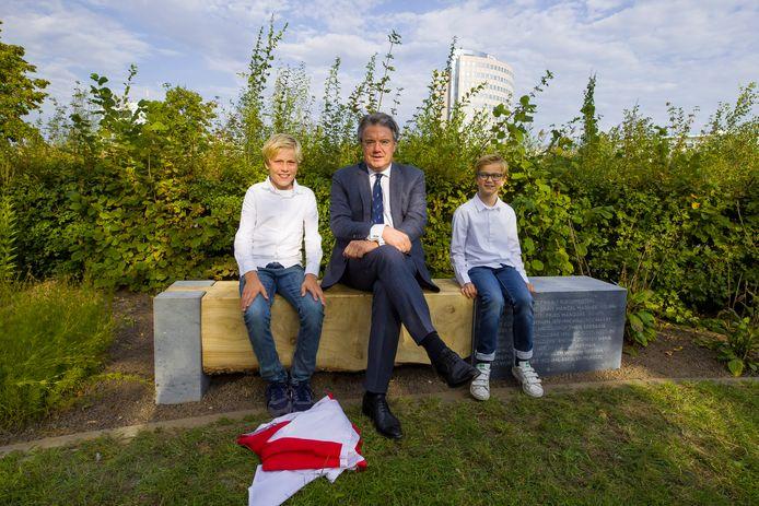 Commissaris van de Koning Wim van de Donk in het bijzijn van twee achterkleinkinderen van de Sonse burgemeester Henk Veeneman.
