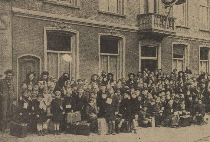 Aankomst bij het E.K. Huis in de Hooghuisstraat van 141 ondervoede kinderen uit Aken voor drie maanden vakantie in Oss en omgeving om aan te sterken.