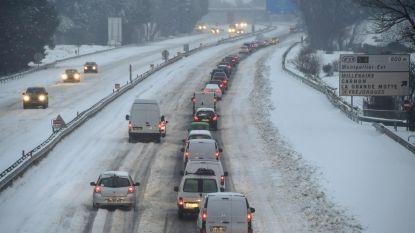 """Vlamingen uren vast in Franse sneeuwfile: """"De ontreddering is compleet, we krijgen geen hulp"""""""