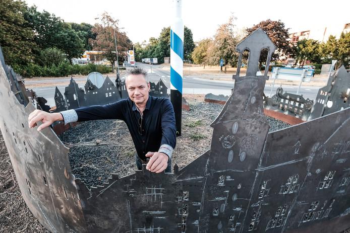 Kunstenaar Patrick Beverloo bij zijn nieuwe kunstwerk op de rotonde onderaan de Drieheuvelenweg in 's-Heerenberg.