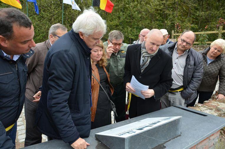 Gouverneur Carl Decaluwé (links) bekijkt het gedenkbord op de restanten van het oude Duits kerkhof.