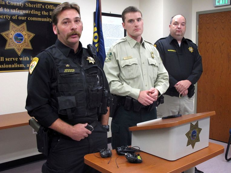 Hulpsheriff Ross Jessop, parkwachter Nick Scholz en sheriff T.J. McDermott.