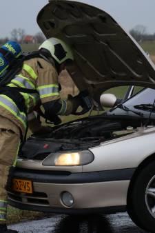 Auto vliegt tijdens rit in brand bij Lopikerkapel